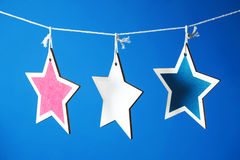 4ème des décorations de juillet sur le fond bleu Photos stock