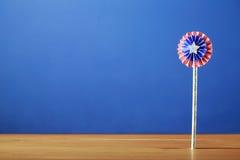4ème des décorations de juillet sur le fond bleu Photographie stock libre de droits