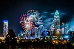 4ème du feu d'artifice de juillet au-dessus de l'horizon de Charlotte Photographie stock libre de droits