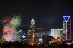 4ème du feu d'artifice de juillet au-dessus de l'horizon de Charlotte Photos stock