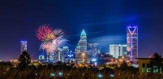 4ème du feu d'artifice de juillet au-dessus de l'horizon de Charlotte Photo stock