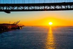 25ème du pont d'avril et du port de Lisbonne Image stock