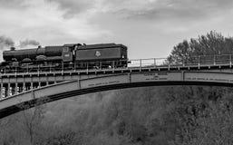 2ème du Roi George II - le train bleu de vapeur de roi traversant le pont de Victoria image stock