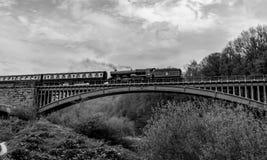 2ème du Roi George II - le train bleu de vapeur de roi traversant le pont de Victoria Photos libres de droits