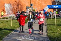 12ème Eve Race de nouvelle année à Cracovie Le fonctionnement de personnes habillé dans des costumes drôles Image stock