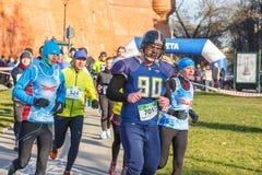 12ème Eve Race de nouvelle année à Cracovie Le fonctionnement de personnes habillé dans des costumes drôles Photographie stock libre de droits