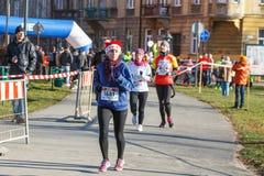12ème Eve Race de nouvelle année à Cracovie Le fonctionnement de personnes habillé dans des costumes drôles Photos stock