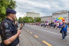15ème fierté de Zagreb Policiers d'intervention devant le musée de Mimara fixant des activistes et des défenseurs de LGBTIQ penda Image stock