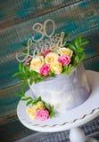 30ème gâteau d'anniversaire avec des roses sur le support de gâteau Image stock