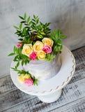 30ème gâteau d'anniversaire avec des roses sur le support de gâteau Images stock