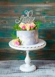 30ème gâteau d'anniversaire avec des roses sur le support de gâteau Photo stock
