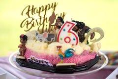 6ème gâteau de joyeux anniversaire Images stock