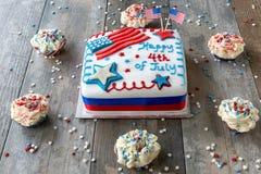 4ème heureux du gâteau de juillet entouré par des petits gâteaux Photo stock