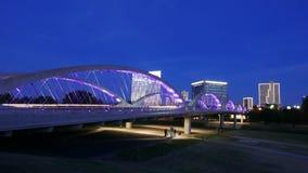 7ème pont en rue à Fort Worth le soir Photo stock