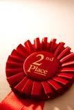 2ème rosette ou insigne de gagnants d'endroit en rouge Image stock