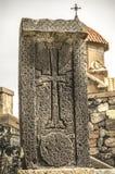 7ème siècle croisé en pierre à l'entrée de l'église de Karmravor dans la ville d'Ashtarak Photo libre de droits