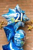 21èmes ballons colorés de fête d'anniversaire Image stock