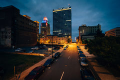 3èmes rue et bâtiments la nuit, à Winston-Salem du centre, non Photographie stock