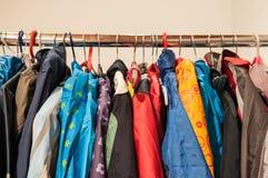 2èmes vêtements de main sur des cintres Image stock