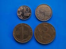 Ère pré euro finlandaise de pièces de monnaie au-dessus de bleu Photo stock