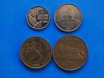 Ère pré euro finlandaise de pièces de monnaie au-dessus de bleu Photographie stock libre de droits