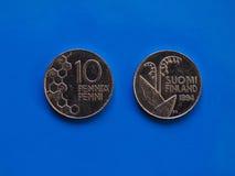 Ère pré euro finlandaise de pièces de monnaie au-dessus de bleu Photo libre de droits