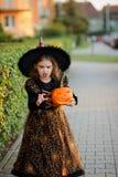 Ève de tout le Saints& x27 ; Jour La fille 8-9 ans dépeint l'enchanteresse mauvaise Photo stock