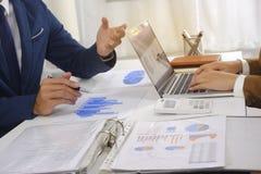 遇见设计想法,职业投资者的买卖人工作在起动新的项目的办公室 库存照片