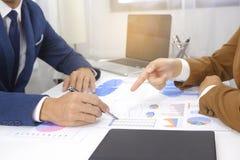 遇见设计想法,职业投资者的买卖人工作在起动新的项目的办公室 免版税库存图片