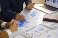 遇见设计想法,职业投资者的买卖人工作在起动新的项目的办公室 免版税库存照片
