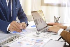 遇见设计想法,职业投资者的买卖人工作在起动新的项目的办公室 免版税图库摄影