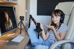 青春期前的孩子录影博客作者与计算机一起使用 库存图片