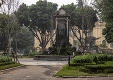 青蛙在正方形Chavassiux,河内,越南的庭院喷泉 库存照片