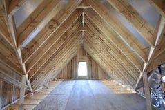 顶楼构筑和安装托梁新的家庭建筑 免版税图库摄影