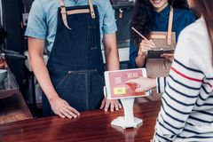 顾客自已服务顺序与片剂屏幕的饮料菜单在咖啡馆柜台酒吧,卖主咖啡店由机动性接受付款 数字式 免版税库存图片