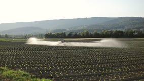 领域的灌溉的农业机器 自动浇灌在村庄 影视素材