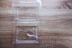 食物废弃在透明塑料食物箱子和匙子的米在木桌上 库存图片