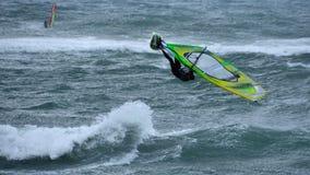 风帆冲浪跳高在风暴 库存图片