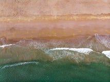 飞溅海岸鸟瞰图的波浪 免版税库存图片