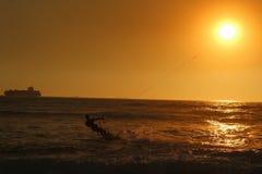 风筝海浪接触太阳海滩海洋船 免版税库存图片