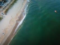 风筝飞行天线在海滩的 库存照片