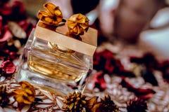 香水瓶并且玫瑰花瓣 美好的cncept 免版税库存图片