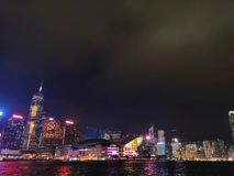 "香港-ç"" '多利亚港夜景 -› för åŠ för é för ""för çš för ¦æ¯ för æ-与伔… Hong Kong - Victoria Harbour Nightscape - oövertr arkivfoton"