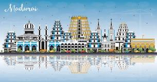 马杜赖印度与颜色大厦、天空蔚蓝和反射的市地平线