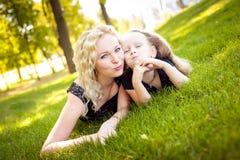 马瑟和她的女儿在公园 库存图片