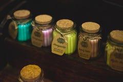 马特洛克浴,英国- 2018年10月6日:竹大豆罐浴产品的一汇集 免版税库存照片