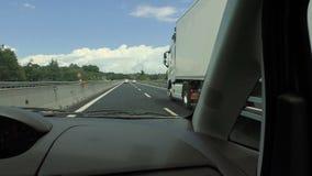 驾驶在高速公路和追上卡车FDV 股票视频