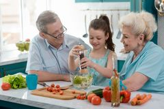 骄傲的祖父母和他们的孙女 库存图片