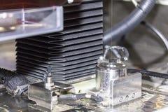 高技术和精确度由cnc导线裁减机器的模子切口在工厂 库存照片