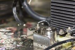 高技术和精确度由cnc导线裁减机器的模子切口在工厂 免版税图库摄影